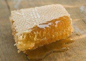 напоминающую по своему виду свежее полученный мед